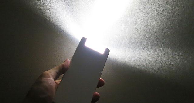 急な停電時には自動で点灯!取り外して懐中電灯に!