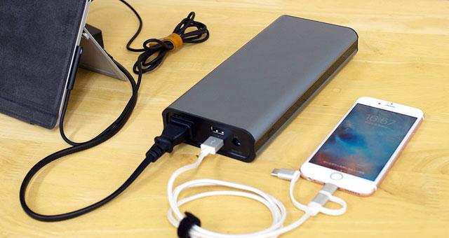 ノートパソコンとスマートフォンをまとめて充電したい時に便利