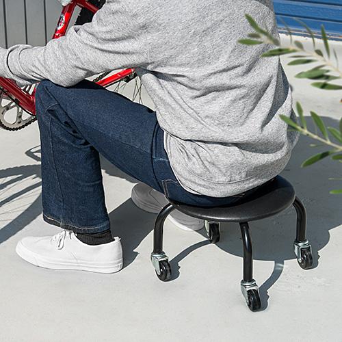 足腰が痛くなる低作業に!キャスター付き椅子